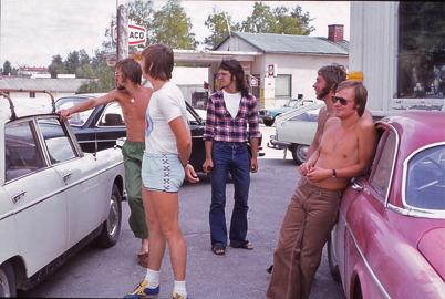 Juli-Augusti 1975 - Yngre män vid centrumhuset i Töcksfors centrum.