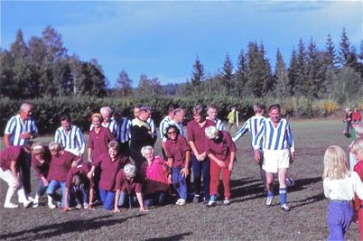 1970 - Gubbar spelar fotboll mot gummor på Hagavallen.