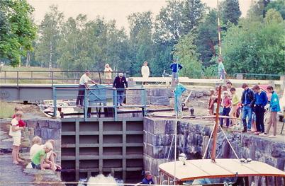 1970 - Ola Moberg sköter slussningen av båt.