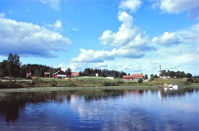 Östervallskog med gamla kyrkan.