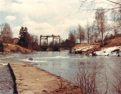 Bron över E18, av typen lyftbro där vägbanan kunde lyftas rakt upp så att båtar kunde passera i kanalen under bron.