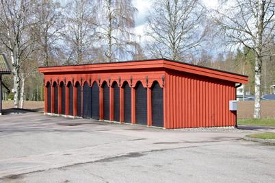 Fronten till gamla stallarna vid kyrkan, monterad på den nya förrådsbyggnaden. Bild från 2015 / foto : Lars Brander.