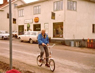 Butiken Saker och Ting vid torget. På cykeln Martin Danielsson.
