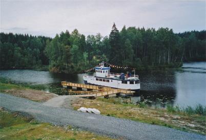 Passagerarbåten OMEGA förtöjd vid nya bryggan vid Töcksfors Shoppingcenter 2006.