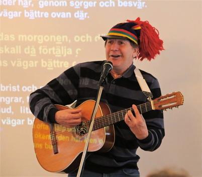 16 februari 2015 - En spelglad norrlänning spelade och sjöng under 11-träffen i församlingshemmet.