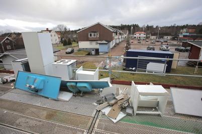 25 februari 2015 - All gammal inredning i lägenheterna på Västra Torggatan 2 revs ut.