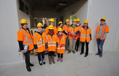 """10 mars 2015 - Gruppen av elever och lärare som valde namnet """"Nordmarkens skola"""" bland många förslag."""
