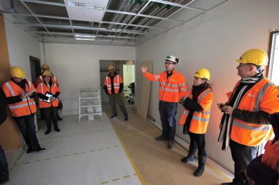 10 mars 2015 - Byggföretaget PEAB visade stolt upp den nya skolan som dom byggt.