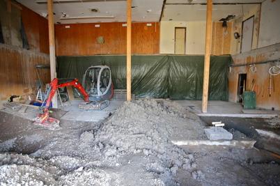 12 mars 2015 - Men vid brandstationsbygget hade man problem med det gamla oljeläckaget som upptäcktes under golvplattan i vagnhallen.