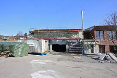 12 mars 2015 - Det tidsödande arbetet med sanering av eldningsoljan  under golvet i gamla brandstationen pågick.