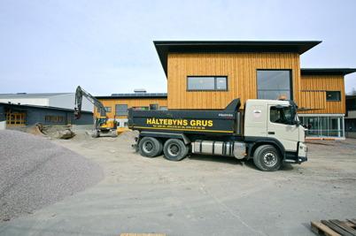 8 april 2015 - Vid Nordmarkens skola pågick arbetet att färdigställa den yttre miljön.