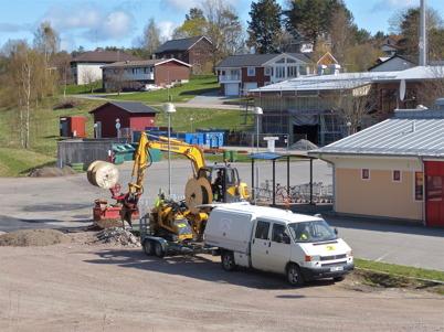 27 april 2015 - I Töcksfors fortsatte arbetet med byggandet av fibernät.