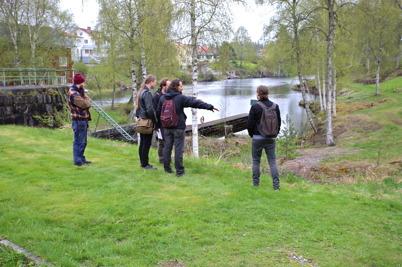 12 maj 2015 - Elever från Stenebyskolan i Dals Långed besökte övre slussen i Töcksfors för att rekognosera inför tävlingen i utformning av ett konstsmidesräcke till nya kanalparken.