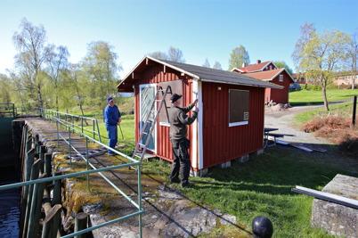 13 maj 2015 - Sigvard och Göran fick i uppdrag att renovera slussvaktarboden vid övre slussen.