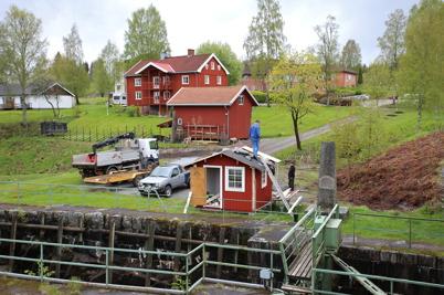 19 maj 2015 - Och vid övre slussen fortsatte Sigvard och Göran att renovera slussvaktarboden.