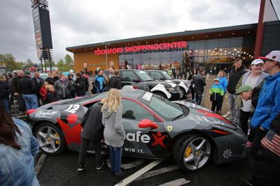 24 maj 2015 - Lyxbilarna i rallyt GUMBALL 3000 stannade till vid shoppingcentret.