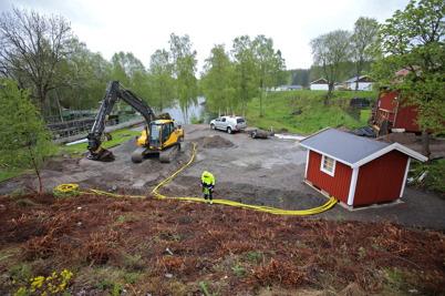 28 maj 2015 - Och i nya Kanalparken i Töcksfors grävdes elledningar ner till parkens belysning.