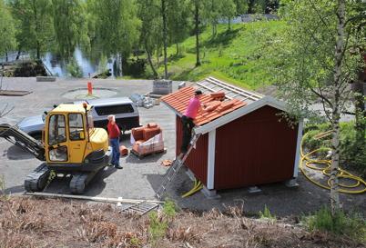 9 juni 2015 - I Kanalparken fixade Sigvard och Göran till det sista på den nyrenoverade boden.