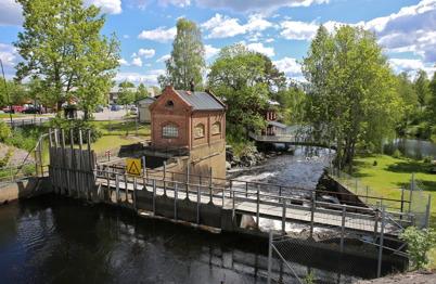 9 juni 2015 - Töcksfors bäddades in i försommar-grönska.