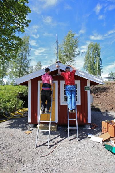 11 juni 2015 - Göran och Sigvard satte upp radioantennen på slussvaktarboden och därmed var den nyrenoverade boden driftsatt.