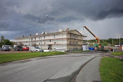 22 juni 2015 - Och i Töcksfors fortsatte renoveringsarbetet av Västra Torgatan 2 - under orosmoln.