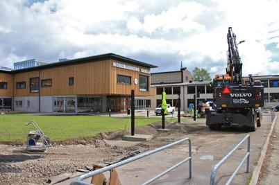 24 juni 2015 - I Årjäng fixade man till de sista detaljerna i den yttre miljön vid Nordmarkens skola.