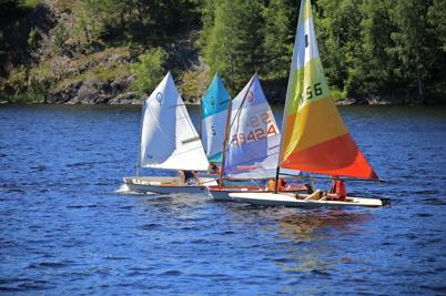 2 juli 2015 - I Sandviken kunde man se seglarskolans deltagare göra framsteg.