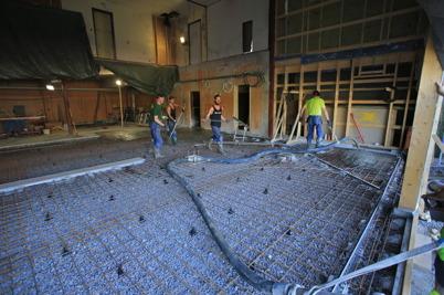 3 juli 2015 - I Töcksfors var det dags att gjuta nya golvet i brandstationens vagnhall.