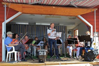 3 juli 2015 - Mogens Nielsen och Gråbols Gårdsorkester inledde Töcksmarksveckan 2015.