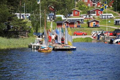 3 juli 2015 - I Sandviken var det dags för avslutning av årets seglarskola, vilket skedde storstilat med regattan Foxen Ocean Race.