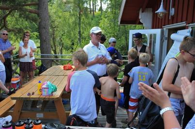 3 juli 2015 - Göran Nilsson visade återigen sin ledarförmåga i seglarskolan och tackades med applåder innan han slängdes i sjön.