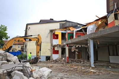 6 juli 2015 - I Årjäng fortsatte rivningen av Silbodalskolan.
