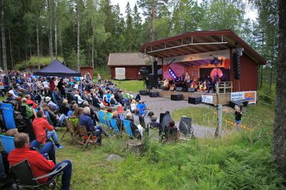 27 juli 2015 - Artisterna i Packmopedsturnén styrde in på hembygdsgården i Sillerud.