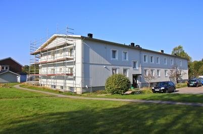 21 augusti 2015 - I Töcksfors fortsatte också arbetet med den utvändiga renoveringen av Västra Torggatan 2.