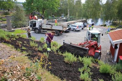 25 augusti 2015 - Kommunens personal jobbade hårt med allt som skulle bli klart i Kanalparken.