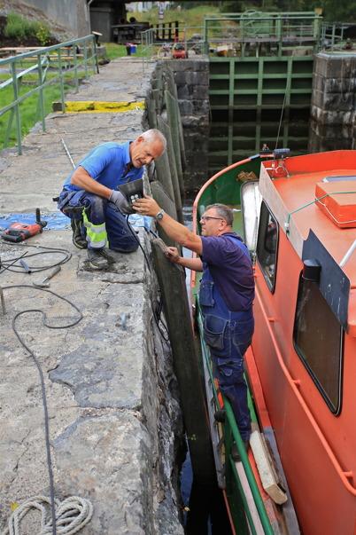26 augusti 2015 - Och i Kanalparken monterades också ljusarmaturerna från Nokalux.