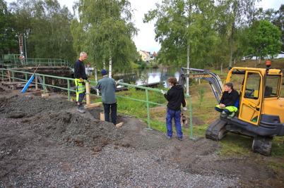27 augusti 2015 - Och så kom de sista delarna av nya smidesräcket i Kanalparken på plats.