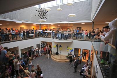 27 augusti 2015 - Alla elever var samlade i ljusgården i Nordmarkens skola där invigningen ägde rum.