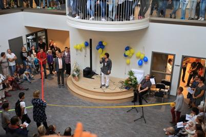 27 augusti 2015 - Efter invigningstal och sammanknytning av band kunde man förklara Nordmarkens skola för invigd.