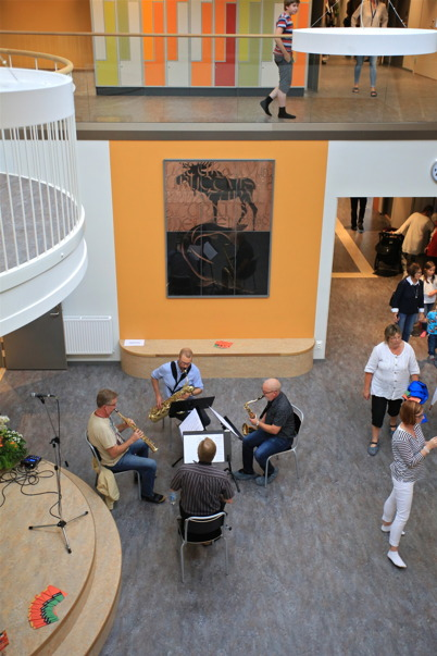 27 augusti 2015 - I Nordmarkens skolas ljusgård spelades det musik efter att invigningen var klar och på väggen ståtade Bengtgöran Floods magnifika konstverk.
