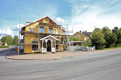 """31 augusti 2015 - """"Bernhardshuset"""" i Töcksfors centrum fick ny ytterbeklädnad."""