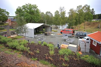 1 september 2015 - Och i Kanalparken byggdes scenen för den stora jubileumsfesten.