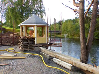 3 september 2015 - Vid Pensionatet byggdes även ett lusthus, från vilket man kunde se den nya fontänen i kanalen.