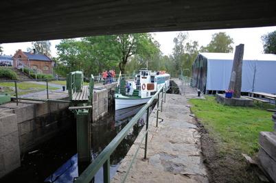 3 september 2015 - Storholmen nådde festområdet vid övre slussen och nu höll alla andan - skulle båten komma under bron ?