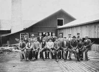 Arbetsstyrkan vid Sanamons sågverk år 1900. Foto : Axel Gunnar Ödvall