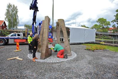 """4 september 2015 - Och så, i sista minuten före jubileumsfesten, kom skulpturen """"Kraftsamlaren"""" till Kanalparken."""
