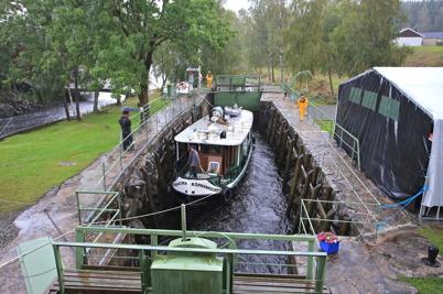 """5 september 2015 - När båten """"Köpmanholmen"""" gick in i övre slussen kom regnet, som sedan satte sin prägel på hela första festdagen."""