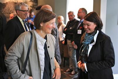 5 september 2015 - Kanalfesten startade med jubileumslunch på Waterside för särskilt inbjudna gäster. På bilden anländer  länsmuseichef Åsa Hallén och vd för visitVärmland Laila Gibson till restaurang Waterside.