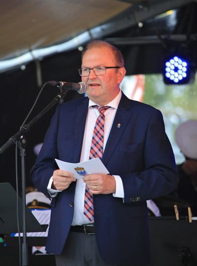 """5 september 2015 - Landshövdingen Kenneth Johansson talade och invigde de båda konst-verken i Kanalparken - smidesräcket med """"Vågen"""" och skulpturen """"Kraftsamlaren"""". Invigningen avslutades med en kraftig kanonsalut."""