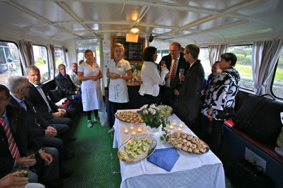 5 september 2015 - Efter firandet i Kanalparken var det dags för gästerna att gå ombord på M/S Storholmen för färd till Östervallskog. Här bjöds det på bubbeldricka och mingelmat.